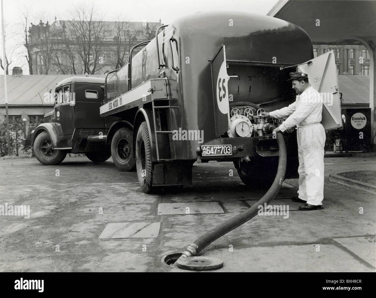 transport / transportation, car, tank lorry, Esso petrol delivery, Lenbachplatz, Munich, Germany, circa 1950, Additional - Stock Image