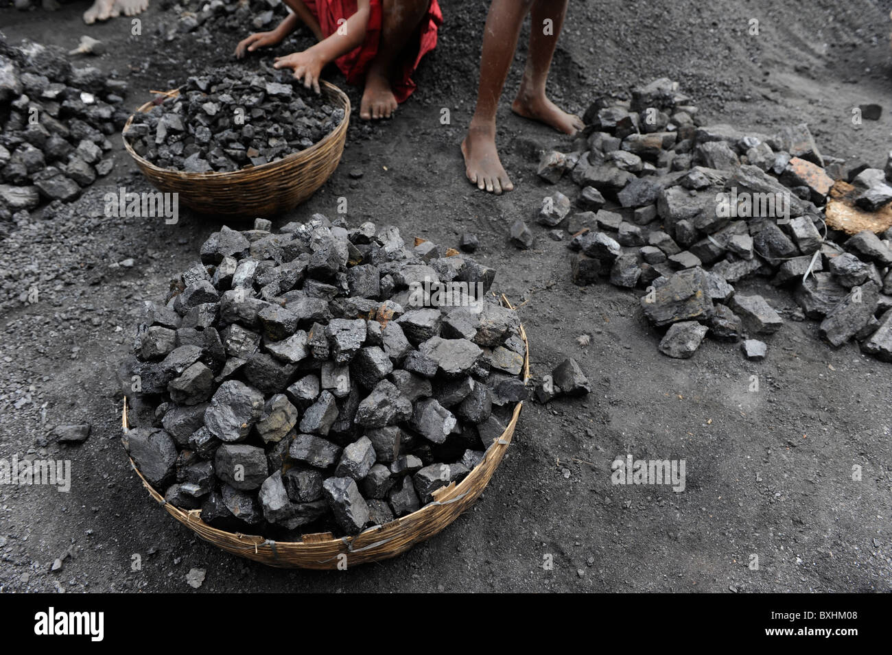 India Jharkhand Jharia children collect coal from coalfields - Stock Image