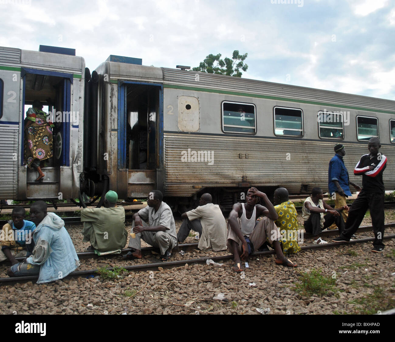 Passengers waiting for the train to leave, Dimbokro, Ivory Coast, West Africa (trainline from Abidjan to Burkina - Stock Image
