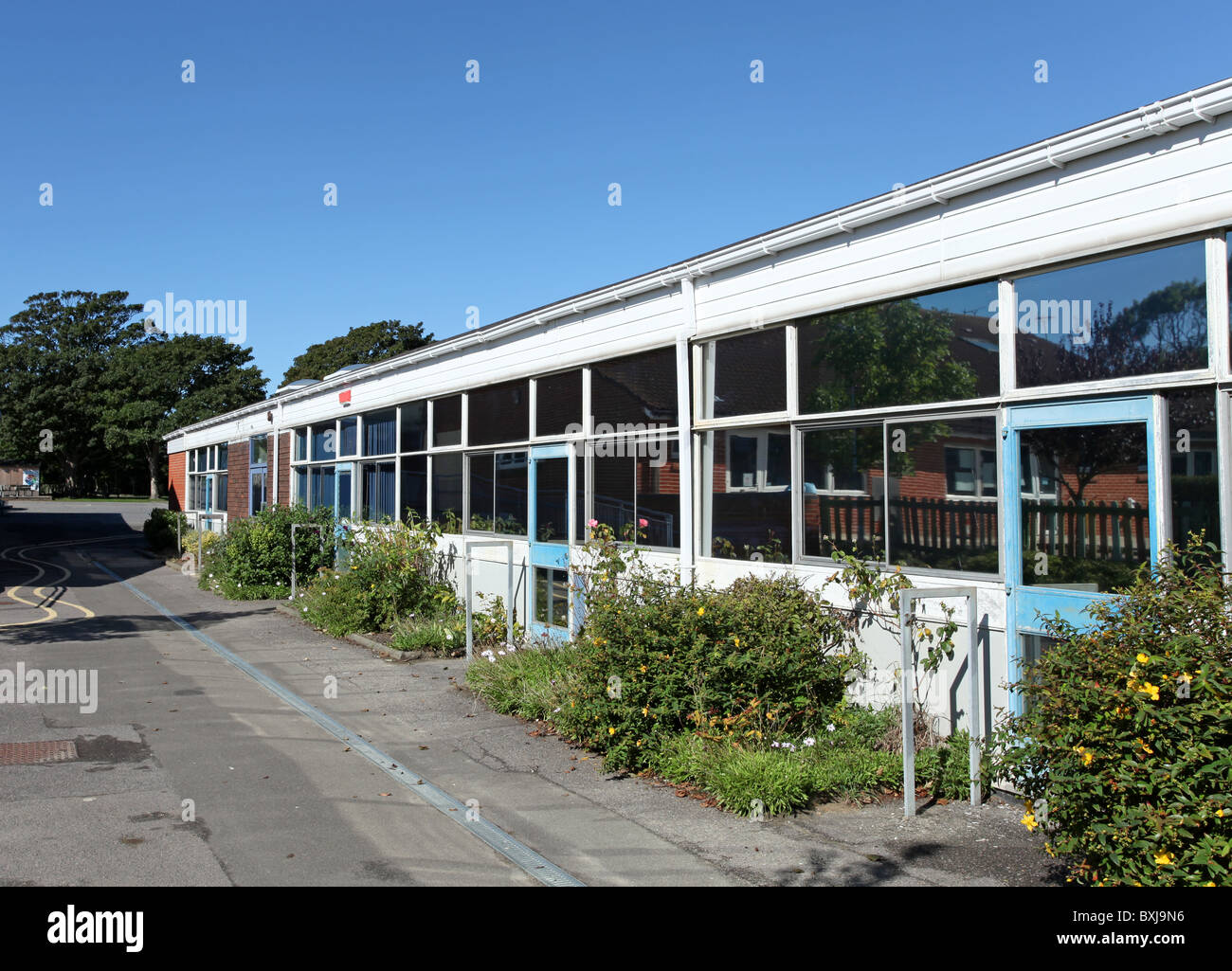 UK Primary School classroom exterior, typically for children aged 5 to 10 years. - Stock Image