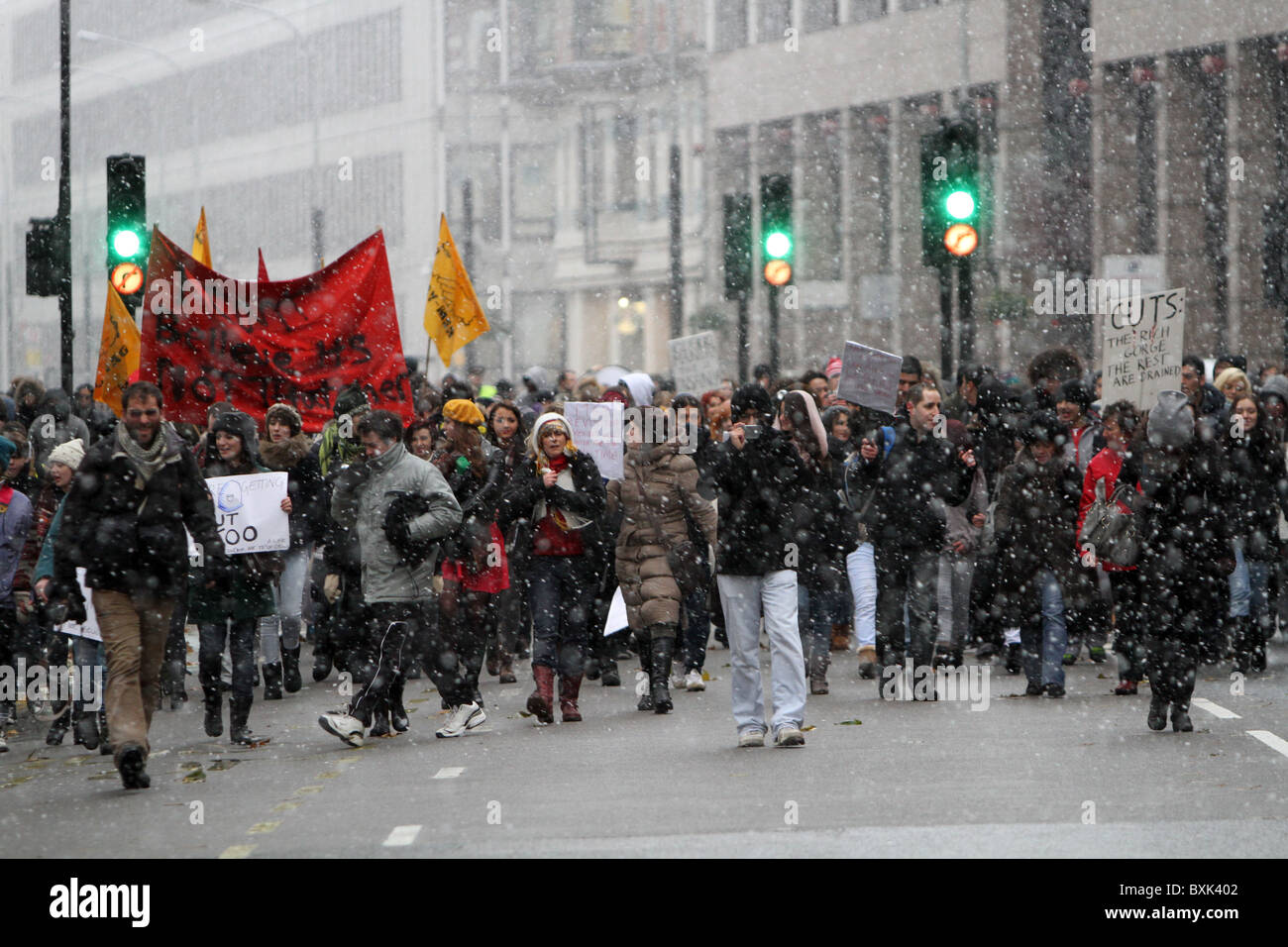 English Students' anti cuts protest through the snowy streets of London. - Stock Image