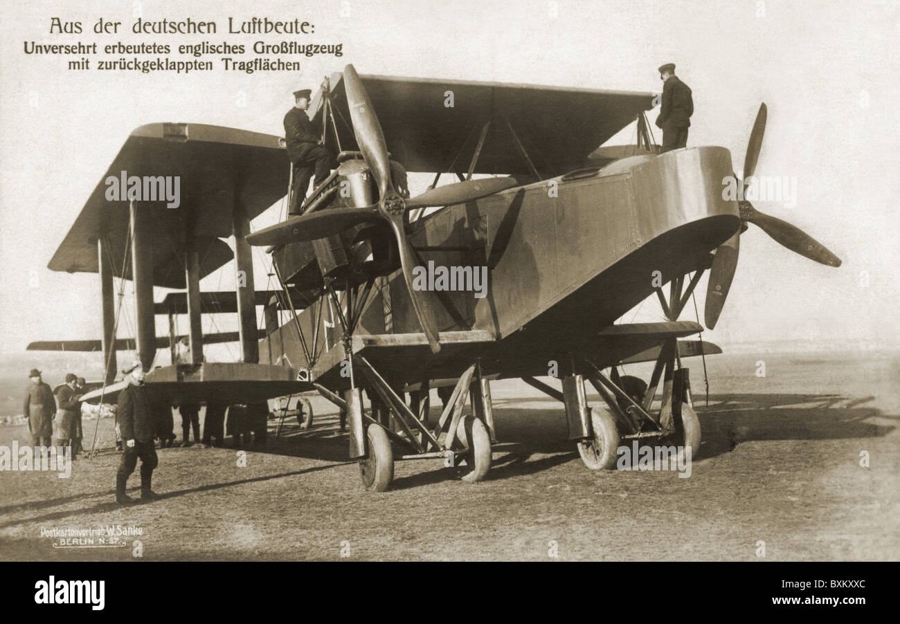 events, First World War / WWI, ärial warfare, German soldiers inspecting a captured English De Havilland bomber - Stock Image