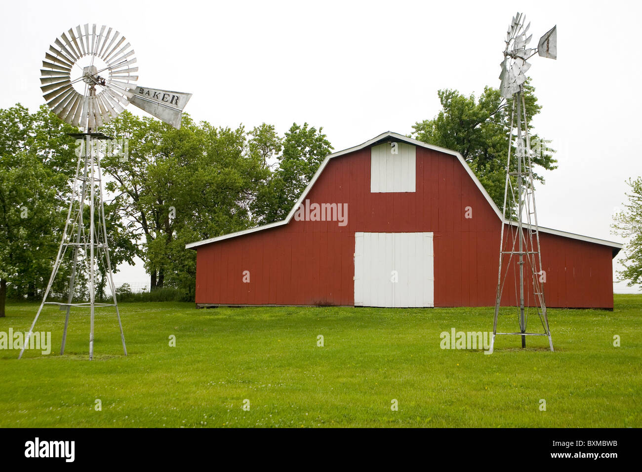 Barn and windmill - Stock Image