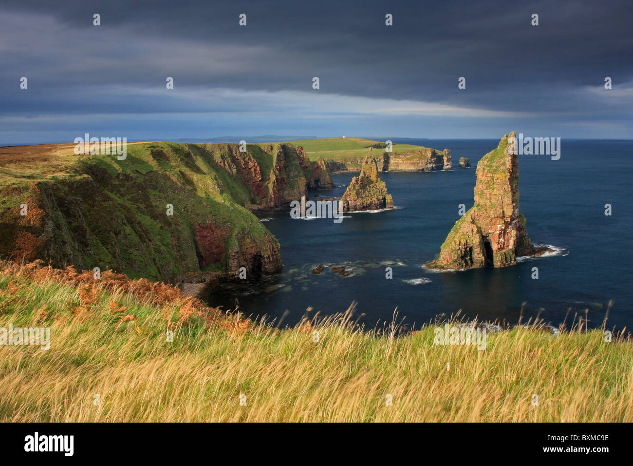 Late evening sunshine over Duncansby Stacks, Caithness, Scotland - Stock Image