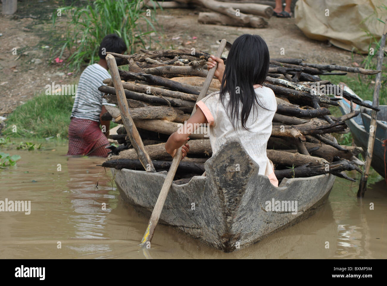 Children collecting firewood on Tonle Sap lake, Cambodia - Stock Image