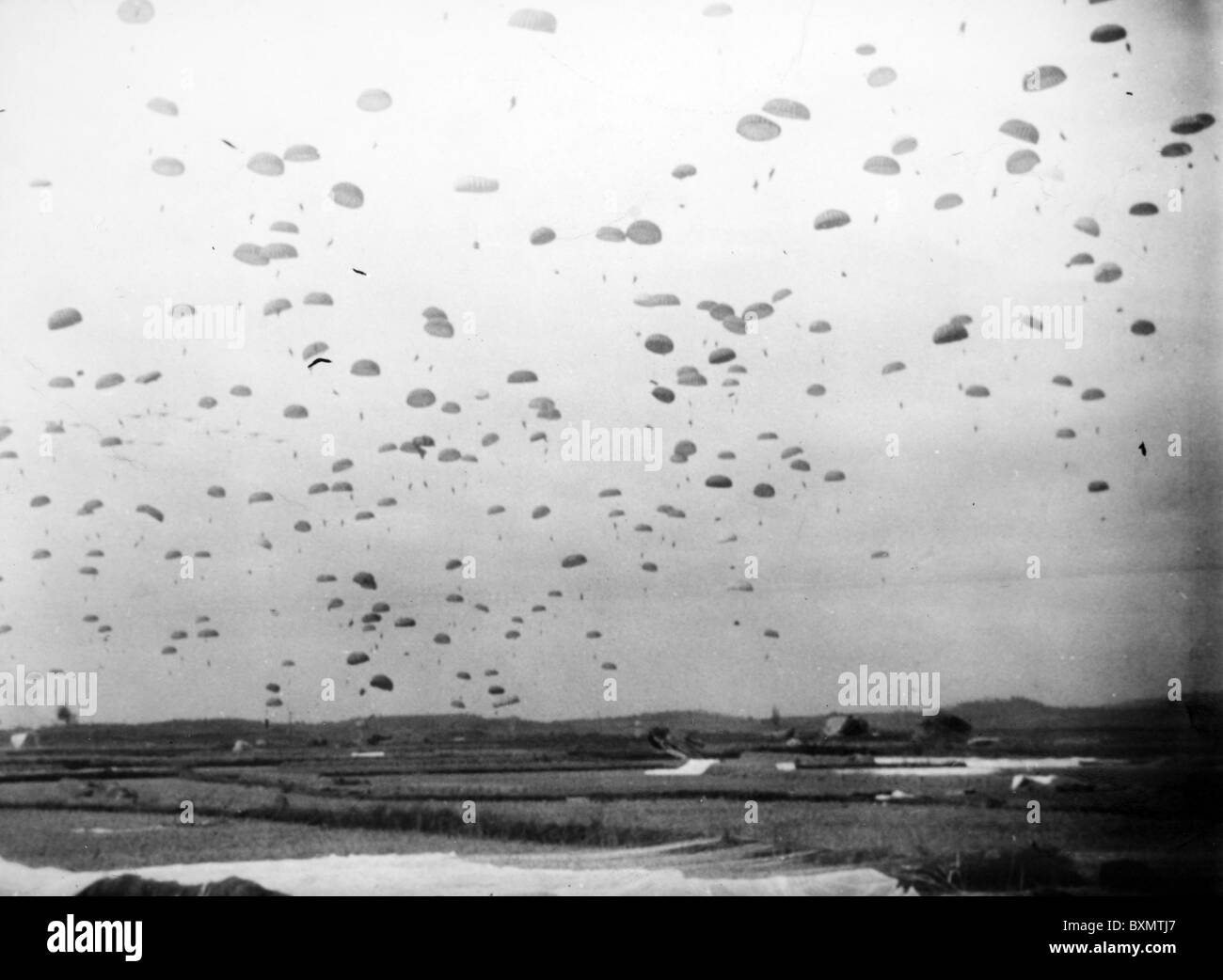 'Angels' equipment of the 157th Regimental Combat Team 11th Airborne Divsion, U.S. Army successfully land - Stock Image