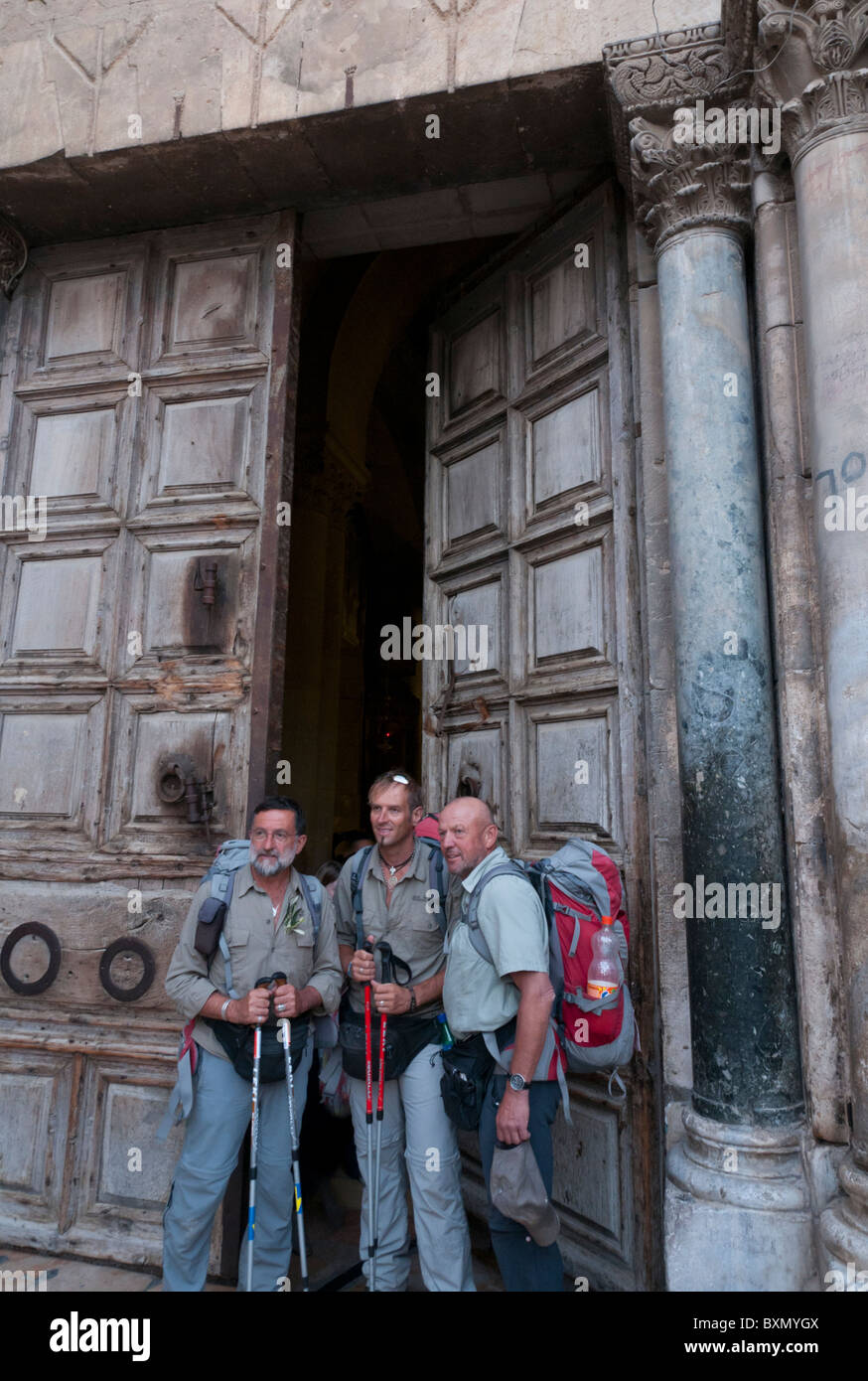 Group of austrian pilgrims with backpack entering the church of the Holy Sepulche. Jerusalem Old City - Stock Image