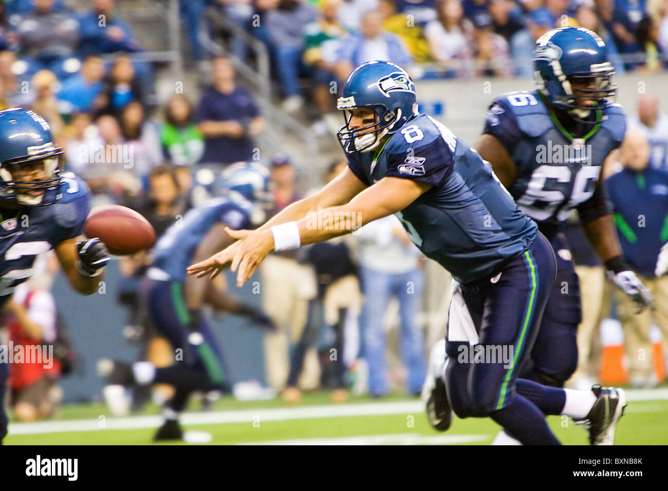 Seattle Seahawks Quarterback Matt Hasselbeck pitches the football to a teammate - Stock Image