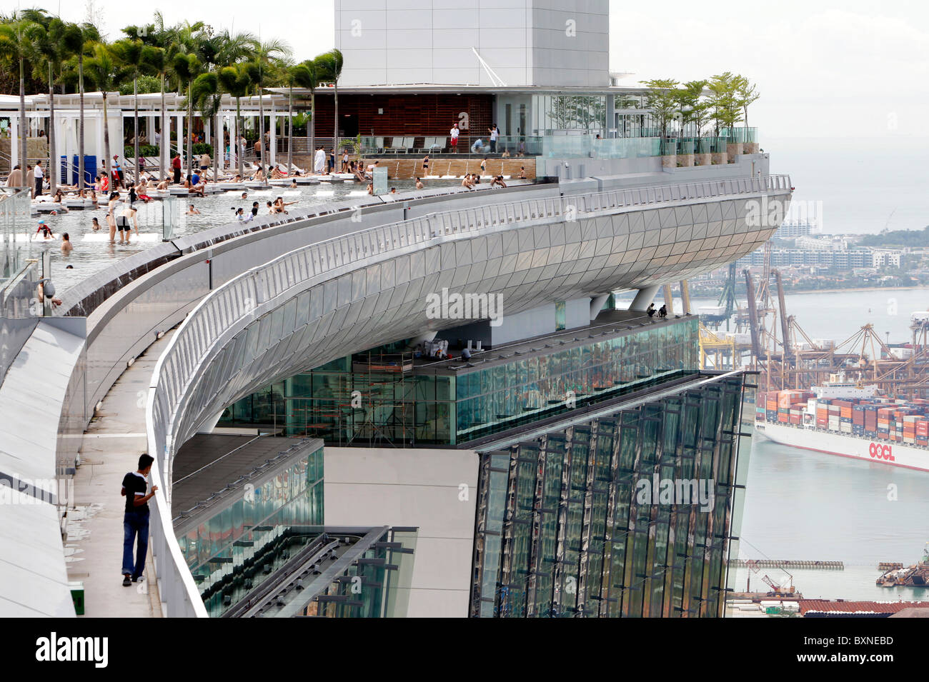 The marina bay sands resort hotel in singapore swimming pool on top stock photo 33663713 alamy - Marina bay sands resort singapore swimming pool ...