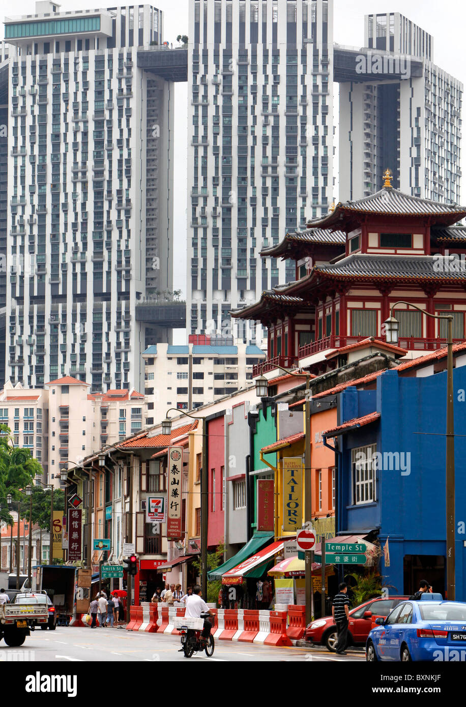 Singapore: Buddha Tooth Relic Temple (middle right) in China Town - Stock Image