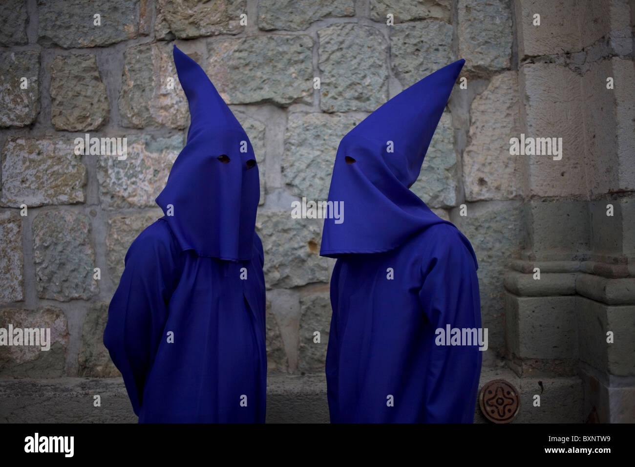 Penitents speak before a holy week procession in Oaxaca, Mexico, April 10, 2009. - Stock Image