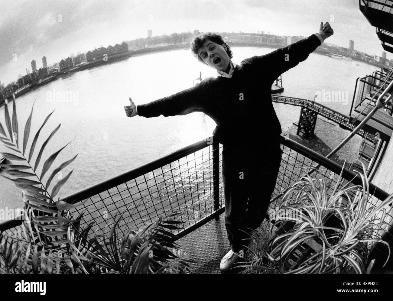 Leo Sayer the pop star in his Thameside flat in Wapping, East London in the 1980s. - Stock Image