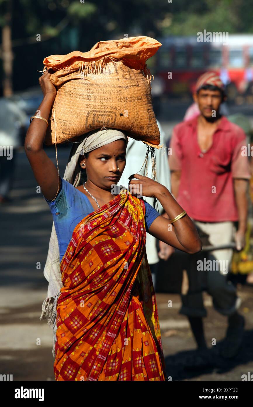 Female manual labourer, Mumbai, India - Stock Image