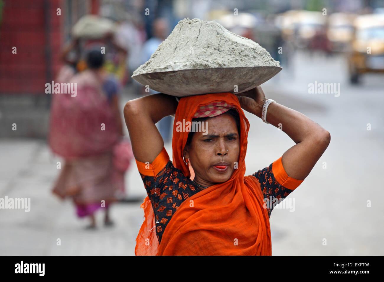 Female manual labourer on street in Calcutta, India - Stock Image