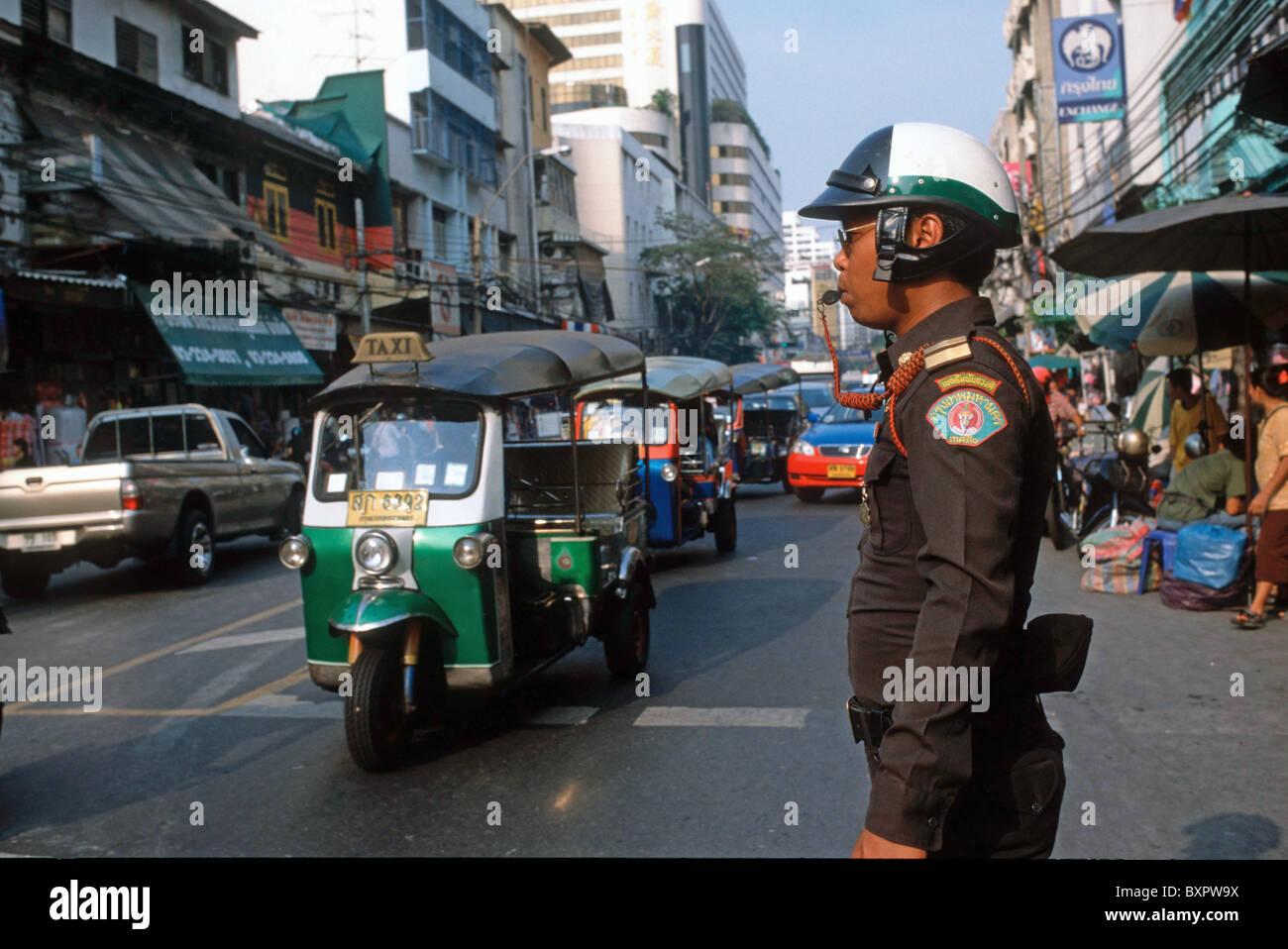 Ein thailändischer Strassenpolizist an einer Kreuzung in Chinatown - Stock Image