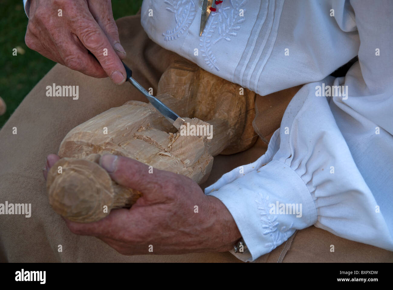 ARTISAN CARVING THE WOOD, TO MAKE A LITTLE SCULPT - Stock Image