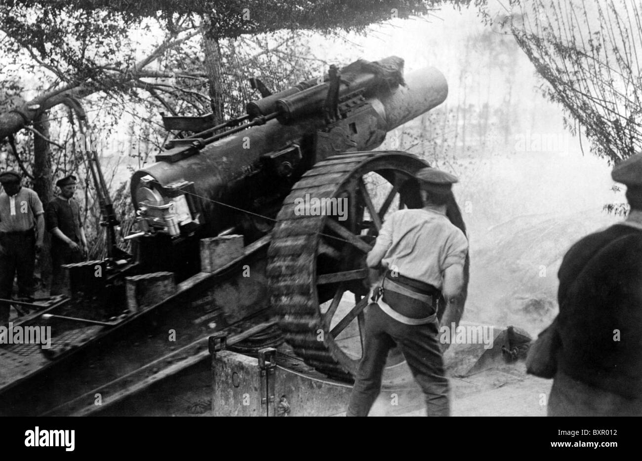1917  BRITISH ARTILLERY  Soldier at right has pulled the lanyard to fire this 8 inch howitzer. See Description below - Stock Image