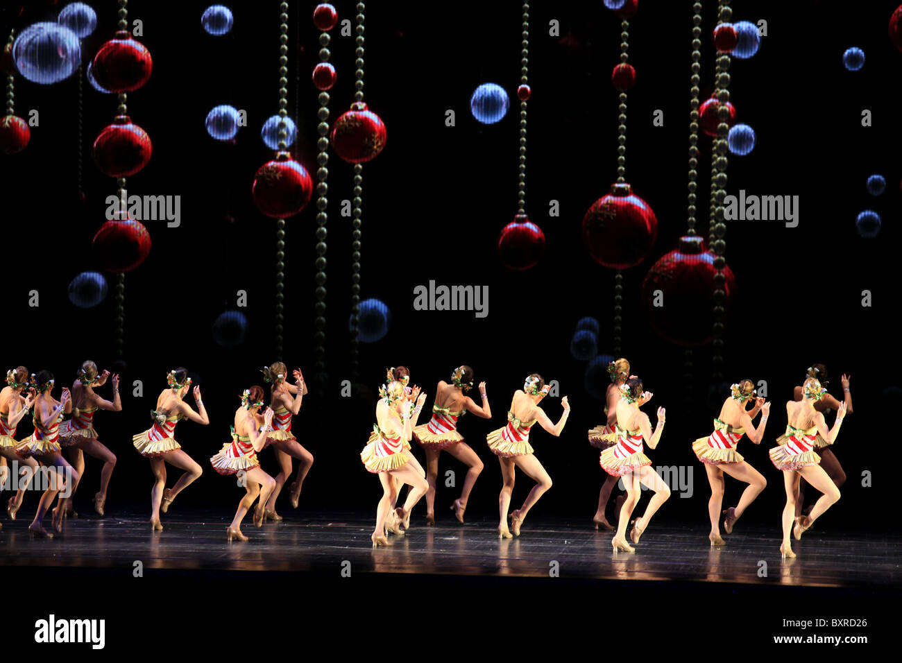 Rockettes dancing - Radio city music hall Christmas spectacular show ...