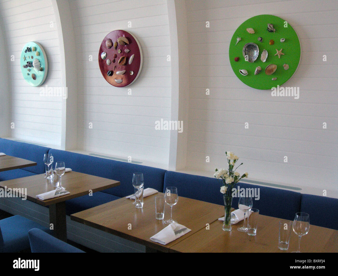 UK. THE QUAY RESTAURANT AND CAFE BAR AT ILFRACOMBE, DEVON. IS OWNED BY ARTIST DAMIAN HIRST WHOSE ART IS ON DISPLAY - Stock Image