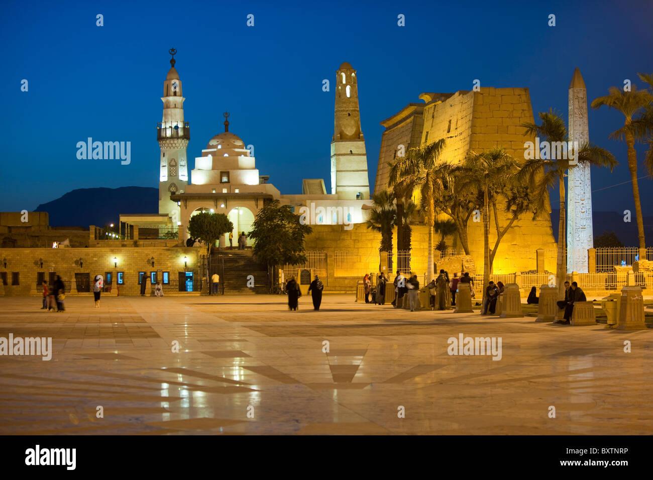 Aegypten, Luxor, Moschee des Heiligen Abu el-Haggag auf dem Gelände des Luxor-Tempels, dahinter Pylon des Luxor Stock Photo