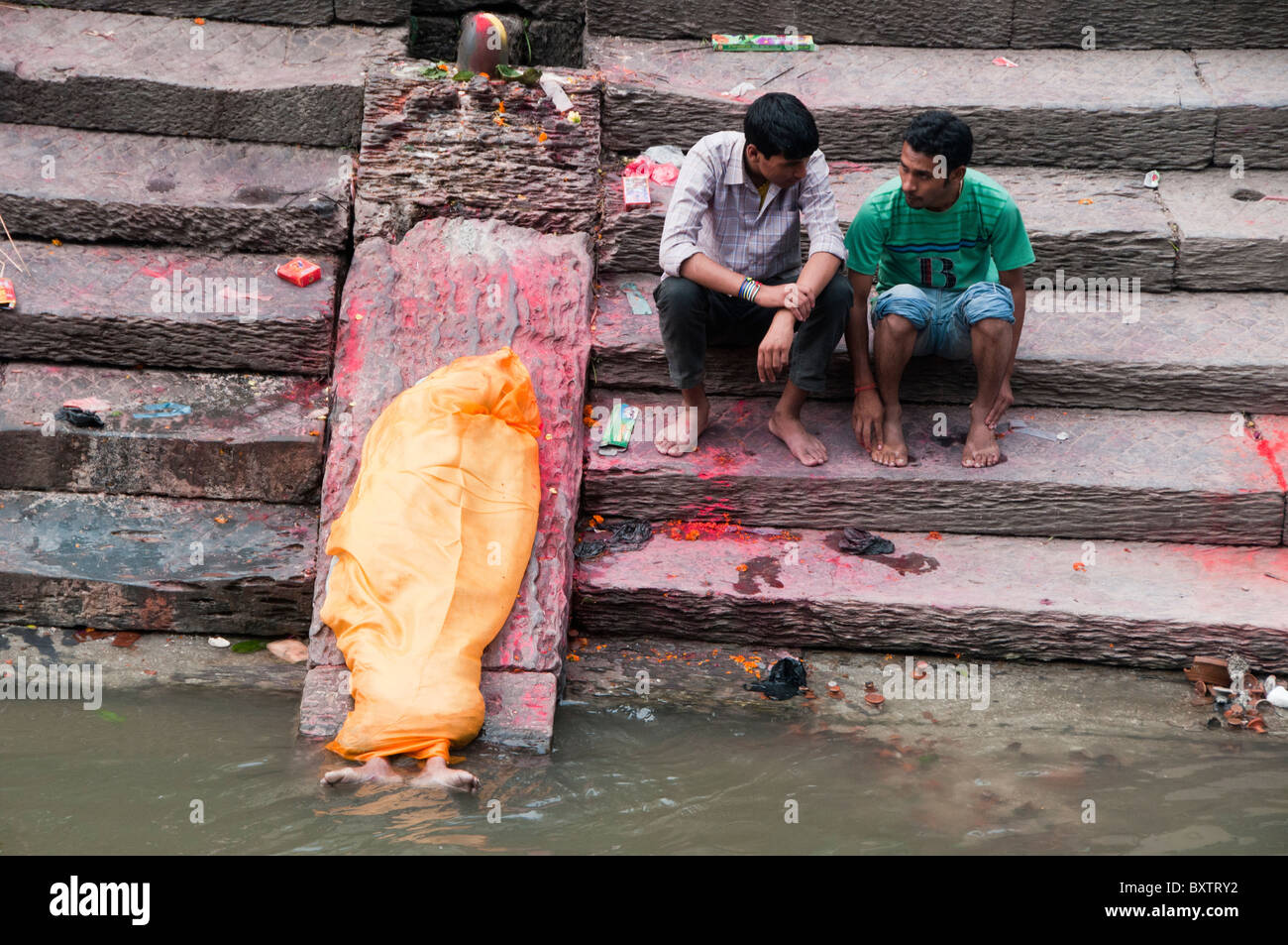 last rites at a cremation funeral on the Bagmati River at the Pahsupatinath Temple in Kathmandu, Nepal - Stock Image
