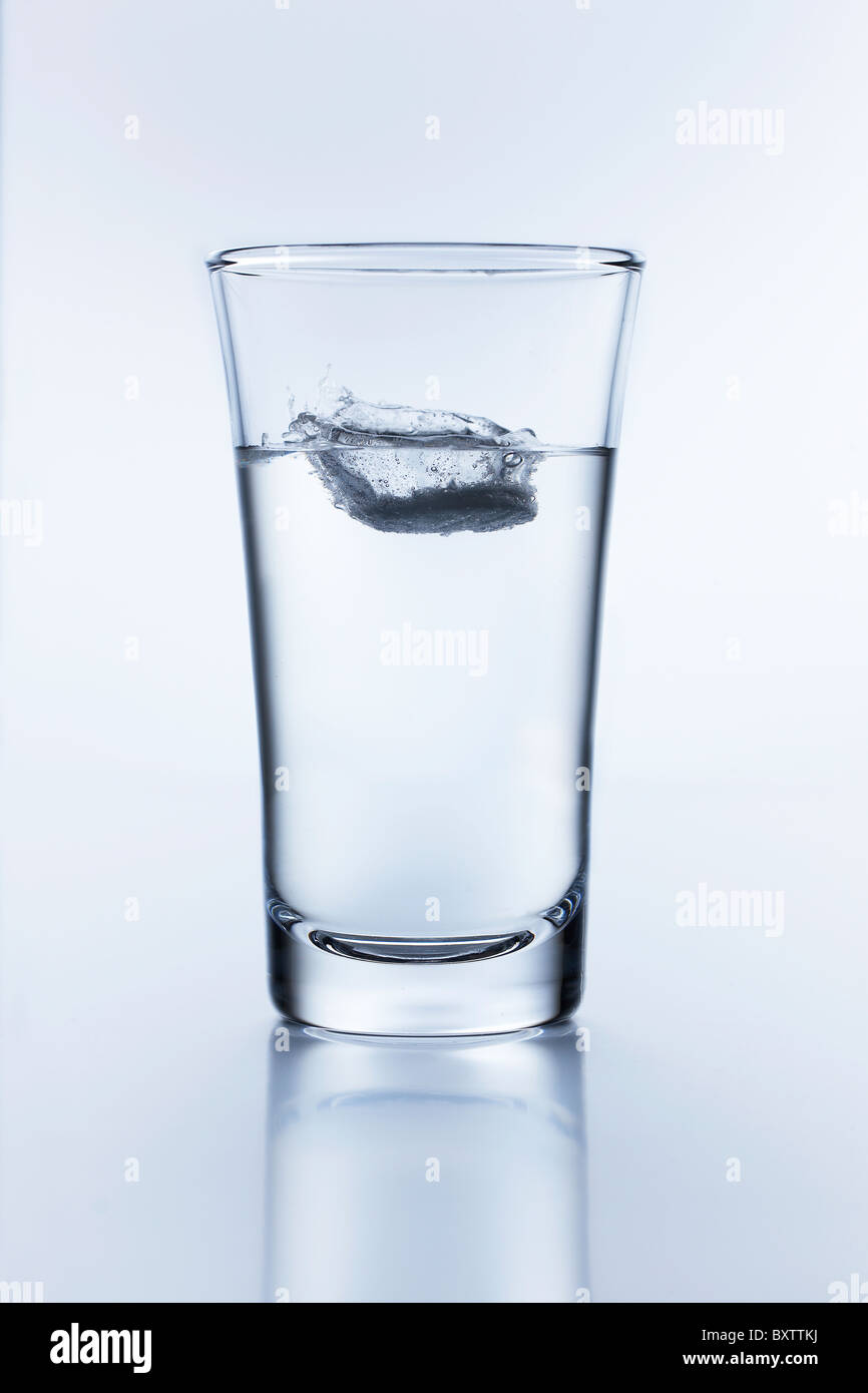 alka seltzer in water - Stock Image