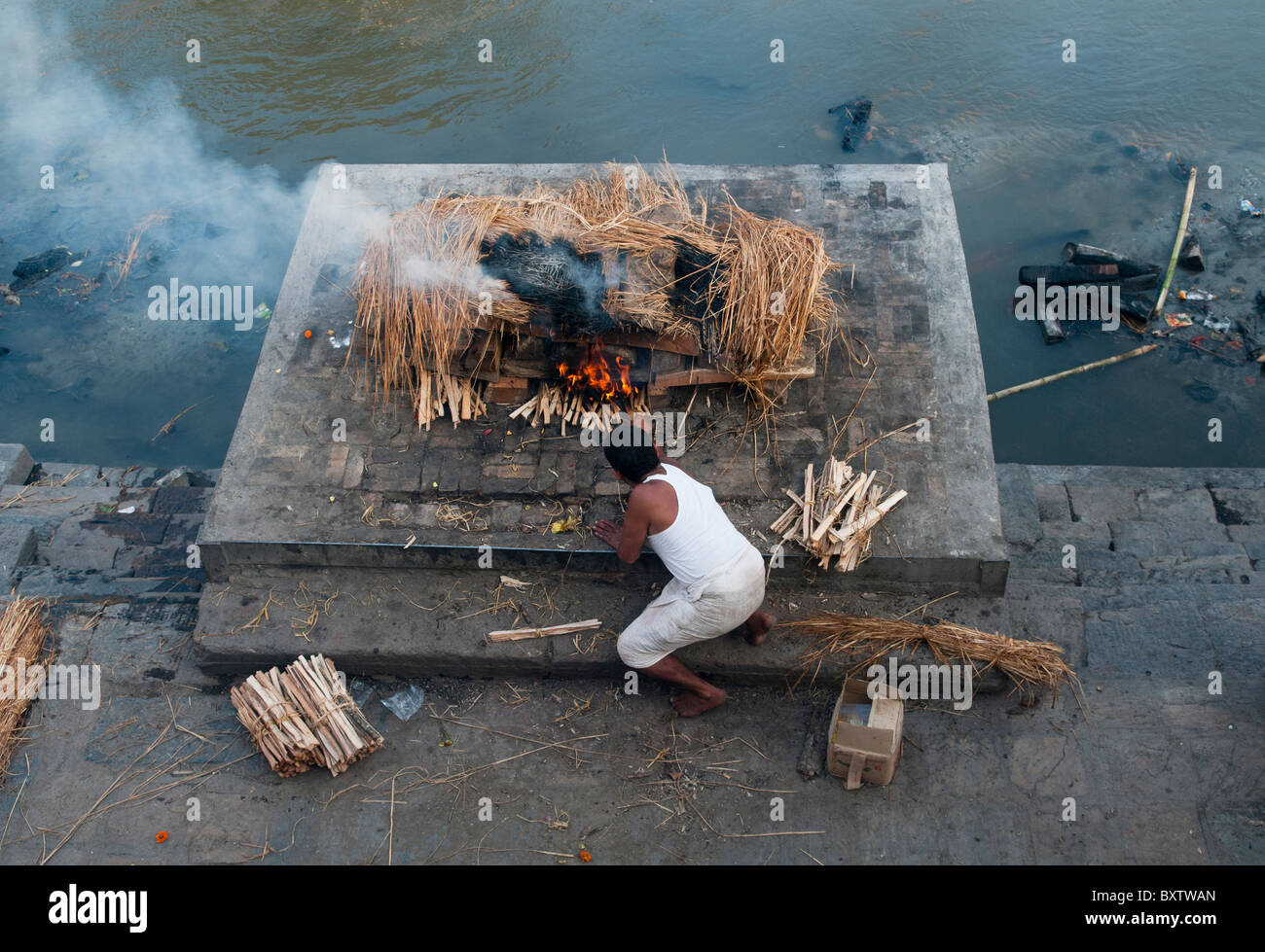 cremation ceremony on the Bagmati River at the Pahsupatinath Temple in Kathmandu, Nepal - Stock Image