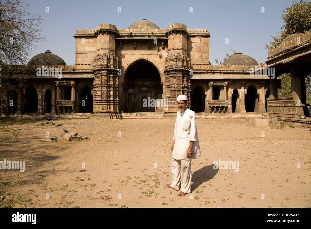 A Muslim man at the Bai Harir Mosque at Ahmedabad, Gujarat, India. - Stock Image