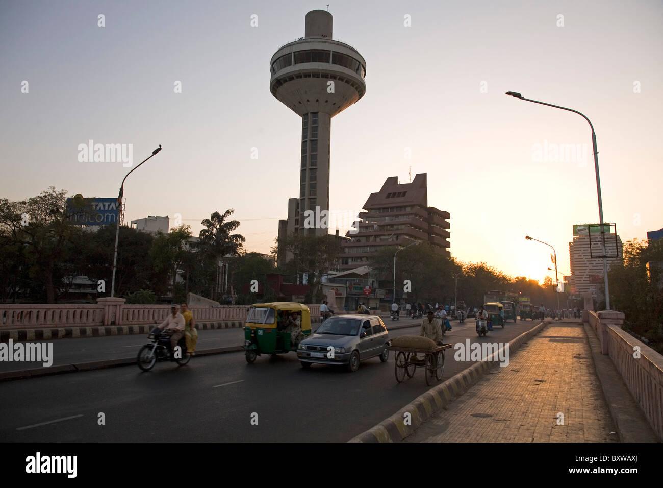 Traffic crosses the Neharu Bridge in Ahmedabad, Gujarat, India. - Stock Image