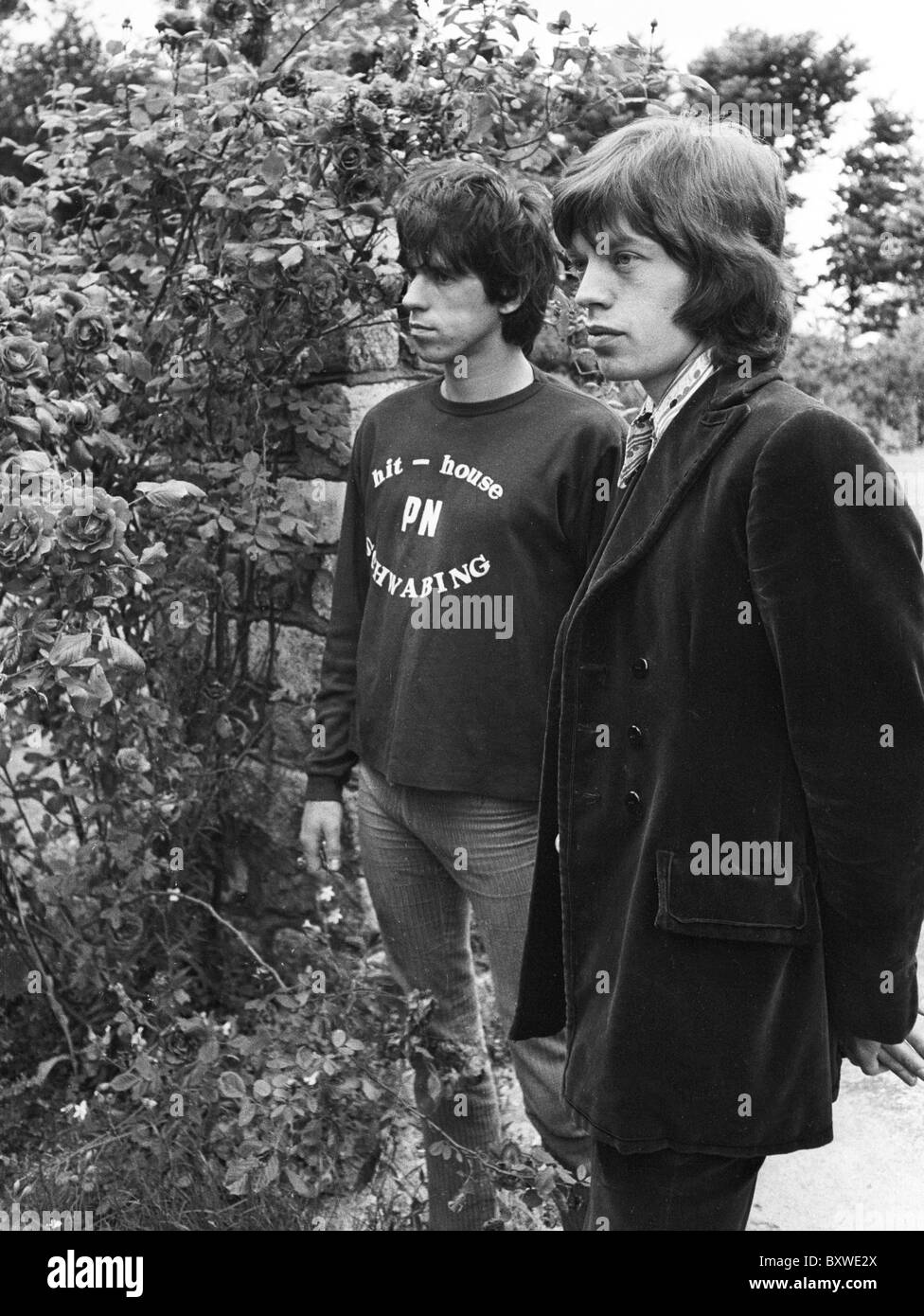 Keith Richards and Mick Jagger exclusive image from 1967 by David Cole in the gardens at Redlands, Richards' Sussex Stock Photo