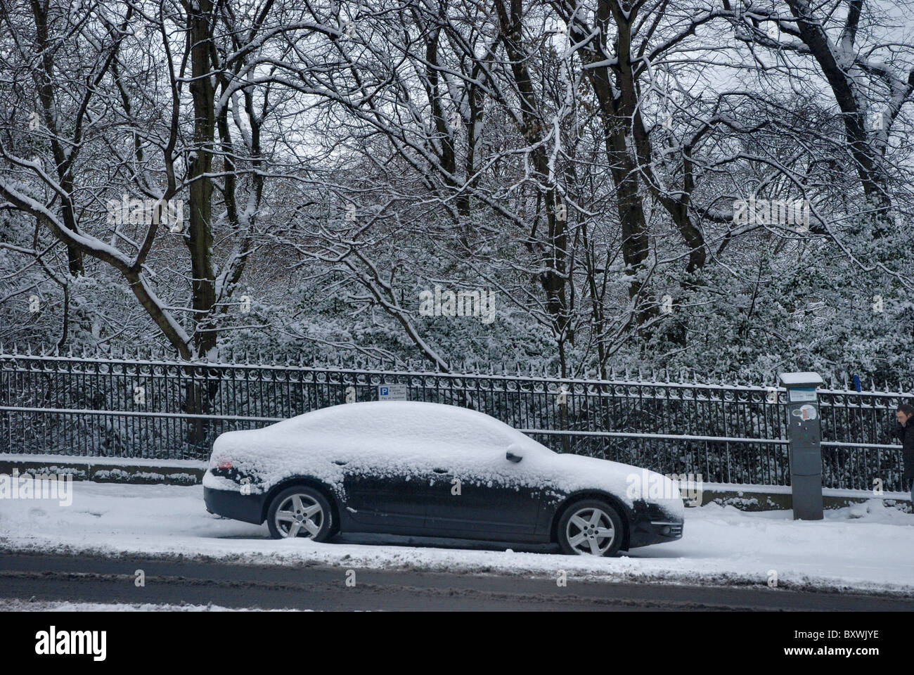 A parked car covered in snow in Edinburgh's New Town - Stock Image
