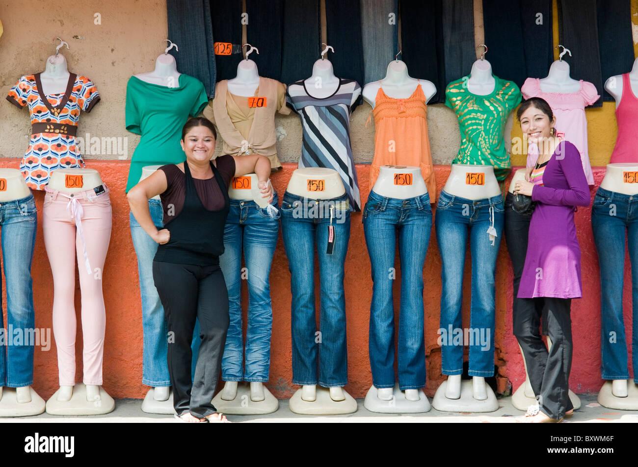Salesladies in front of Shop Leon Nicaragua - Stock Image