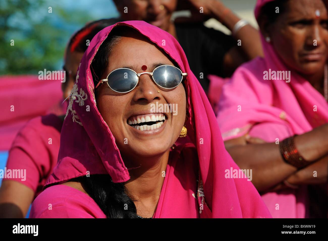 India UP city Banda , rally of women movement Gulabi gang of leader Sampat Pal Devi, the women in pink sari fight - Stock Image