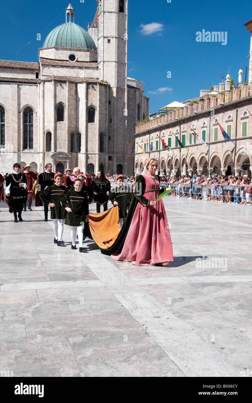 Ladies of the court parade in the festival of the Quintana in Piazza del Popolo, Ascoli Piceno, Le Marches - Stock Image