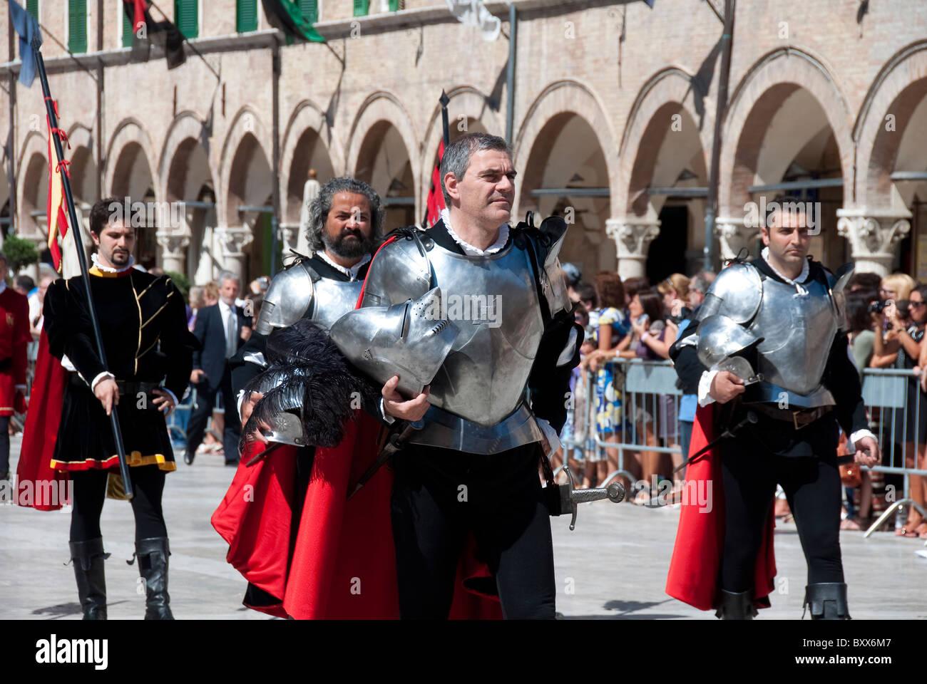 Men in armor parade in the festival of the Quintana in Piazza del Popolo, Ascoli Piceno, Le Marches - Stock Image