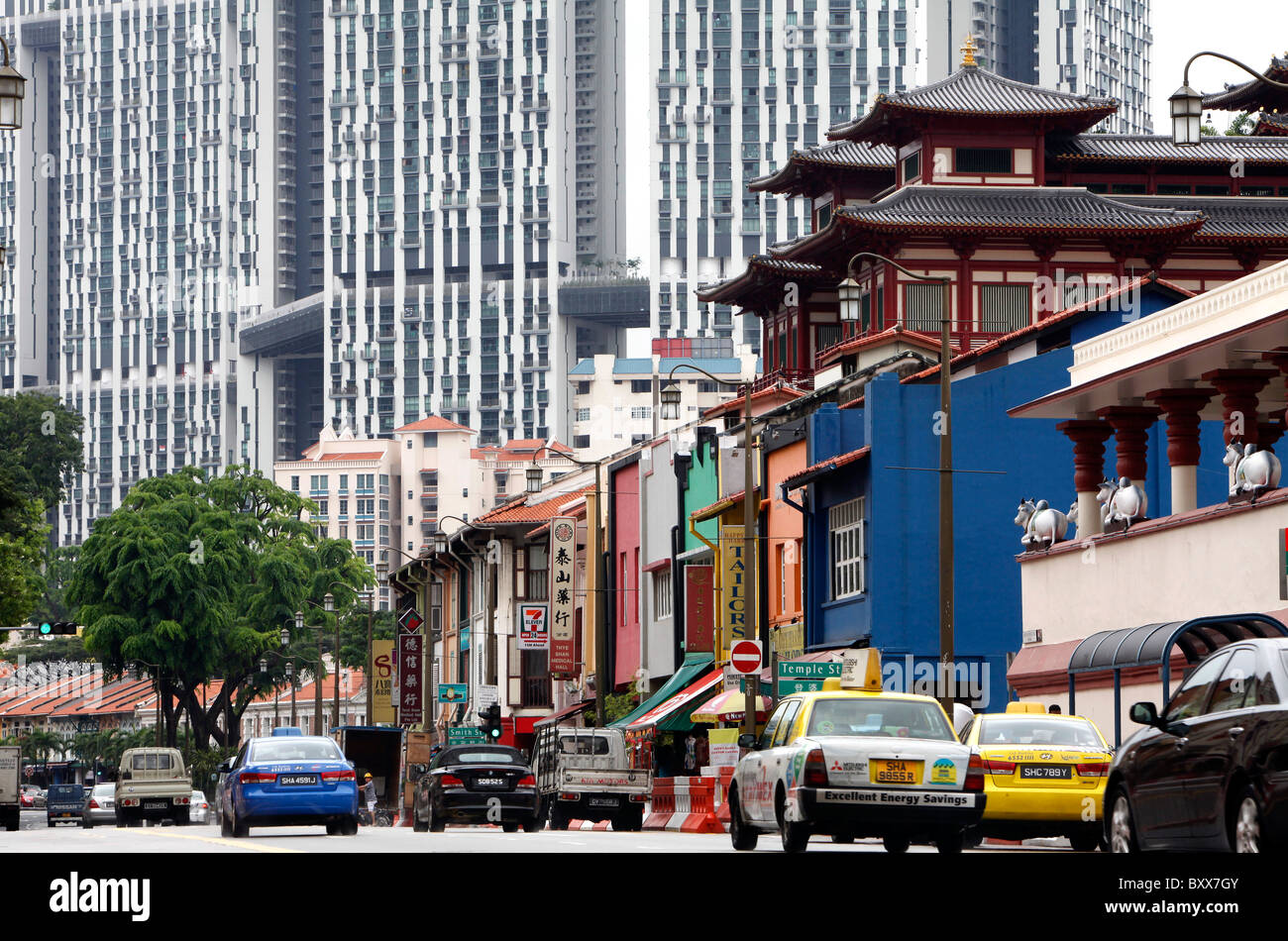Singapore: Buddha Tooth Relic Temple (right top) in China Town - Stock Image