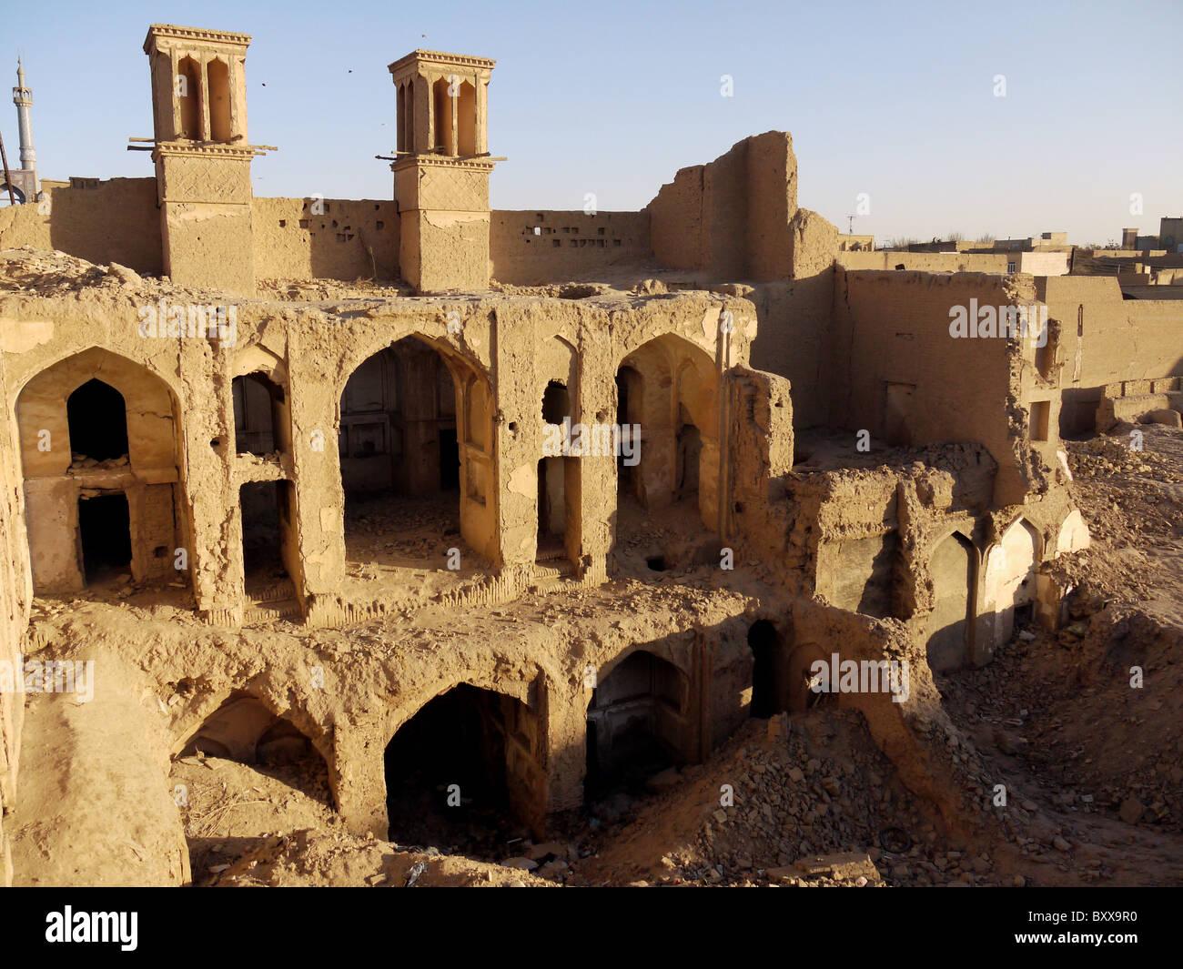 Crumbling mud-brick housing in Yazd Iran - Stock Image