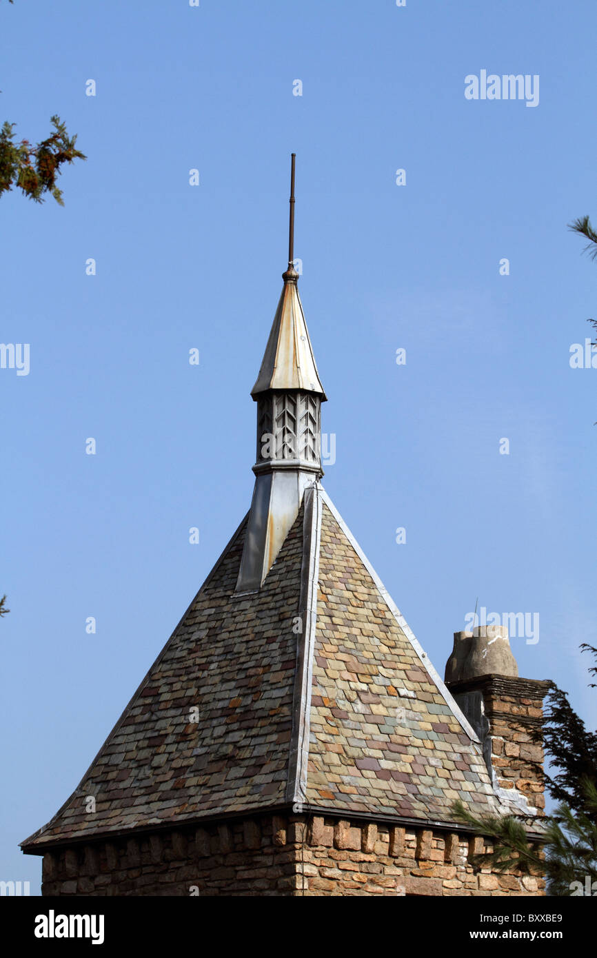 The slate rooftop of a building at the Bear Mountain Bridge Toll Plaza, New York, USA - Stock Image