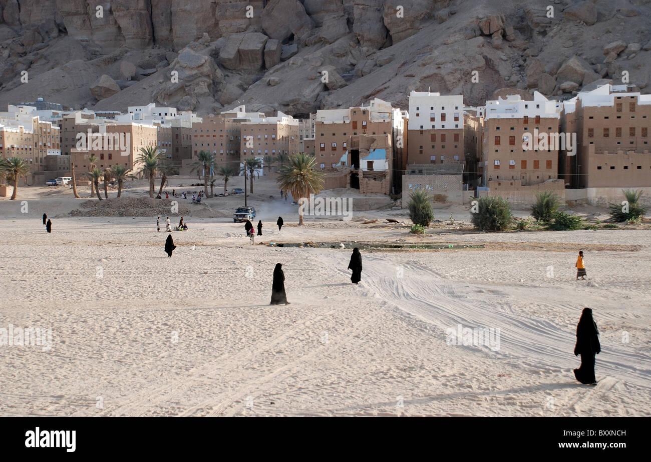 Women covered in black outside the city of Shibam , Yemen . Arabia . - Stock Image