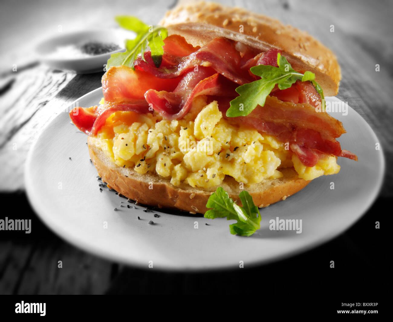 Crispy backon and scrambled eggs on a bagel - Stock Image