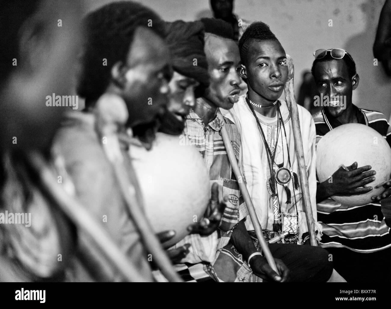 In the town of Djibo in northern Burkina Faso, Fulani 'doohoobe' (people who sing 'doohaali') dance - Stock Image