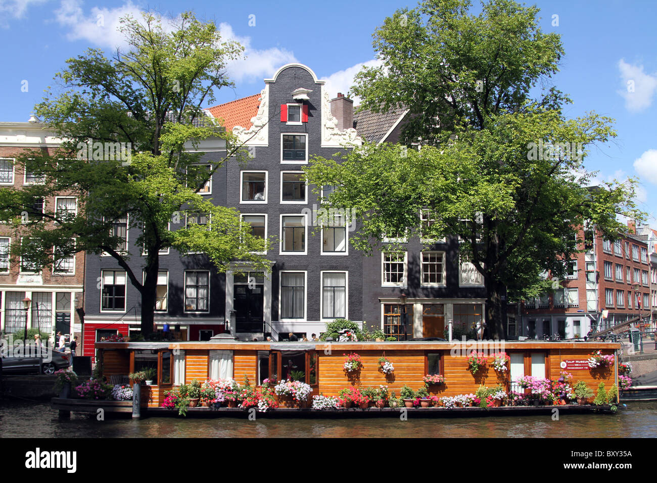 Traditional Dutch house and house boat on Prinsengracht in Amsterdam, Holland Stock Photo