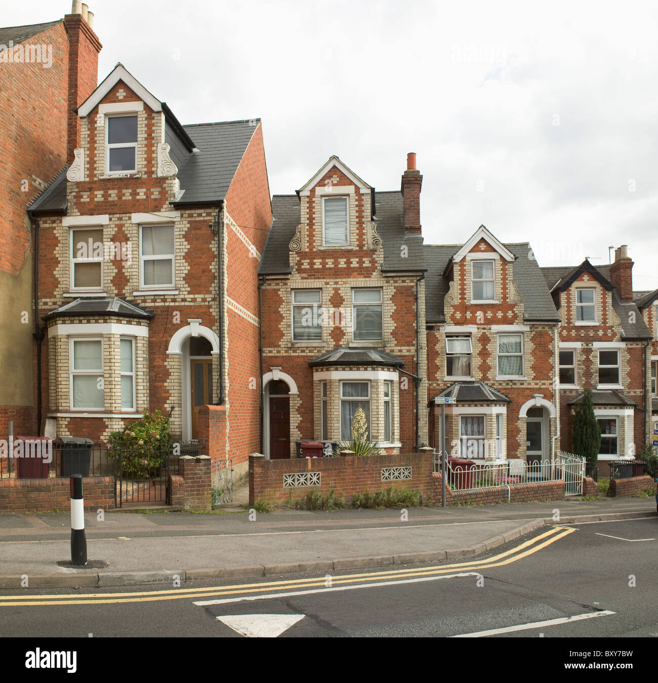 Reading, Berkshire. Pell Street, staggered row of terraced houses, with yellow and red brick in diaper patterns. - Stock Image