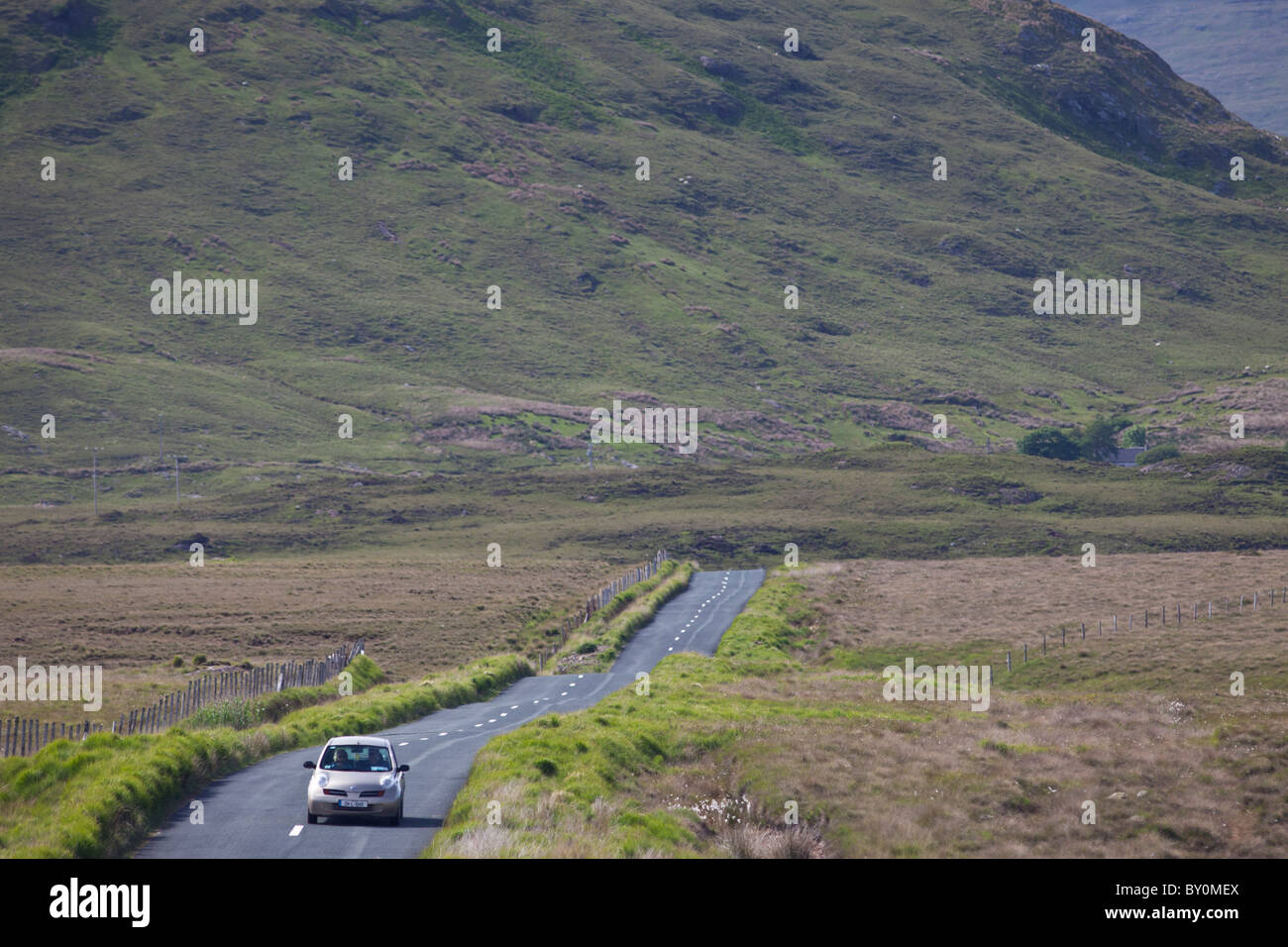 Tourist on Kylemore Pass by the Twelve Bens mountains, Connemara, County Galway, Ireland - Stock Image