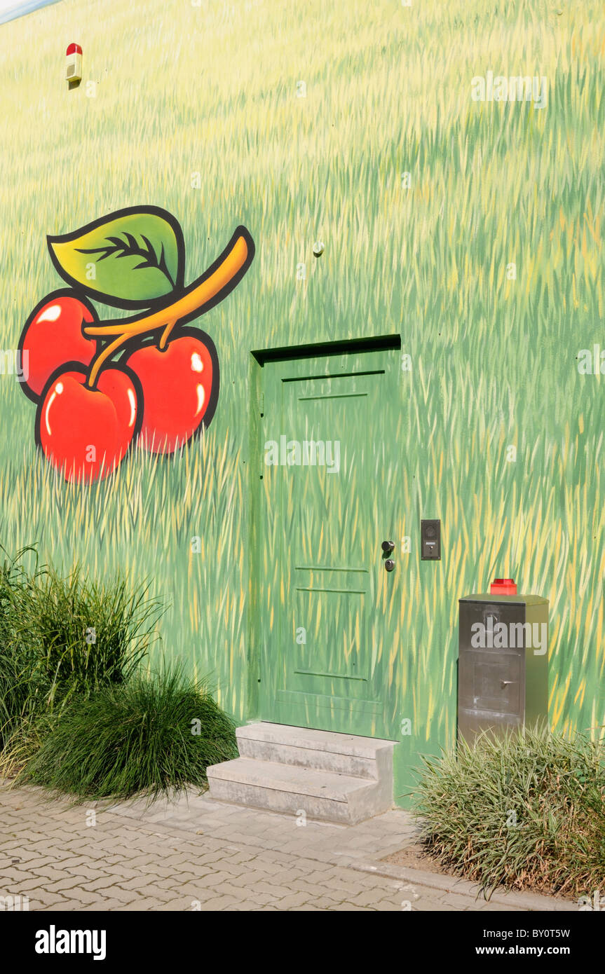 Wandmalerei an einer Hauswand; Motive Kirschen und Gras. - Mural painting on a house wall; motifs cherries and grass. Stock Photo