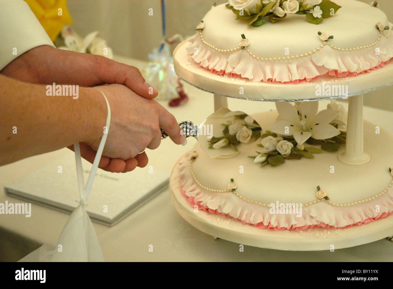 Slicing Wedding Cake Stock Photos & Slicing Wedding Cake Stock ...