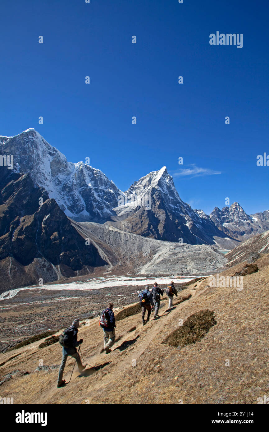 Nepal, Everest Region, Khumbu Valley.   Trekkers and Porters on the Everest Base Camp Trail alongside the Periche - Stock Image