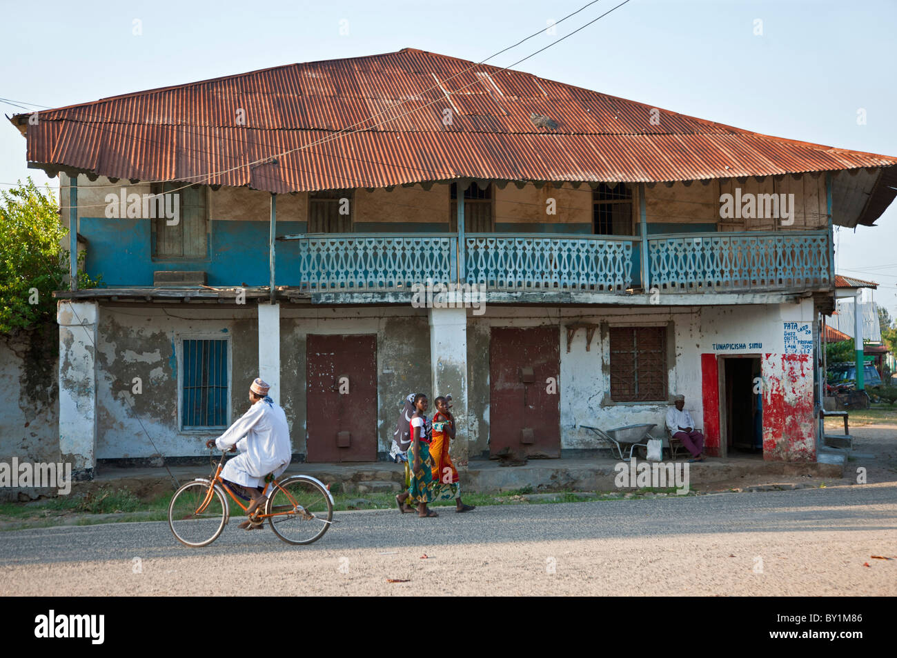 A shop in one of Pangani  s main streets that has seen better days. Once a centre of Swahili trade and slave labour, - Stock Image