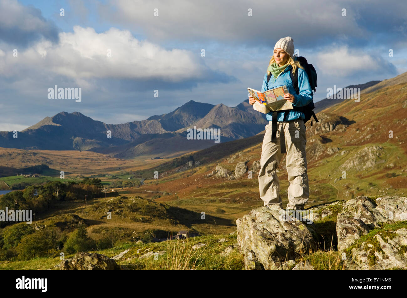 North Wales, Snowdonia.  A woman stop to look at the map whilst hiking in Snowdonia.  (MR) - Stock Image