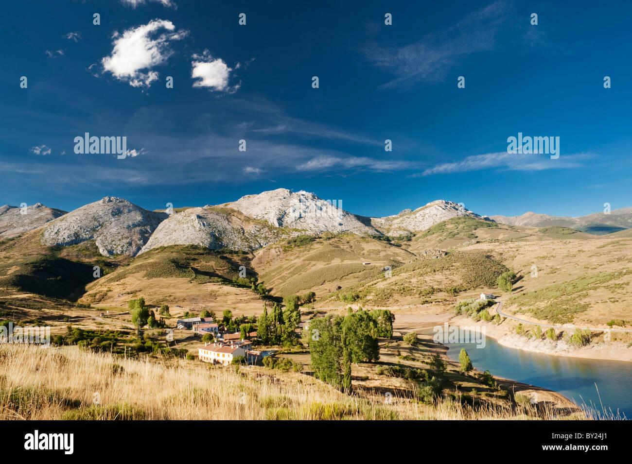 The Camporedondo Reservoir (Embalse de Camporedondo) and the village of Alba de los Cardaños, Palencia Province, - Stock Image